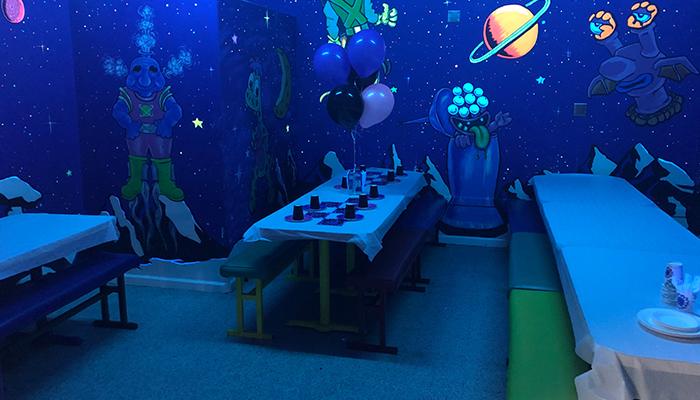 alien birthday room
